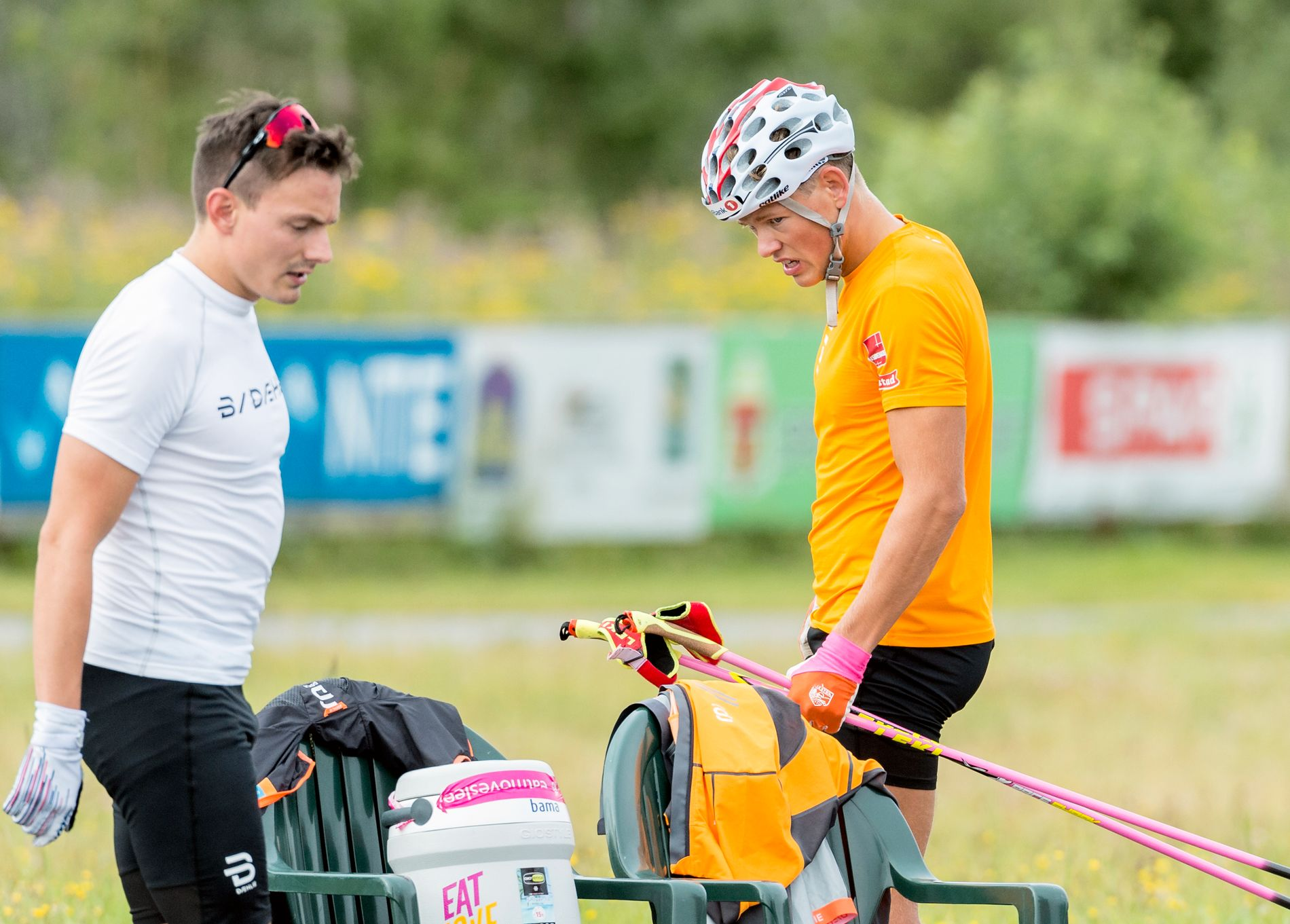 TUNGE TAK: Finn-Hågen Krogh (t.v.) ga seg etter prologen på sprintøkten under samling tirsdag, mens Johannes Høsflot Klæbo hadde fått nok foran det siste draget.
