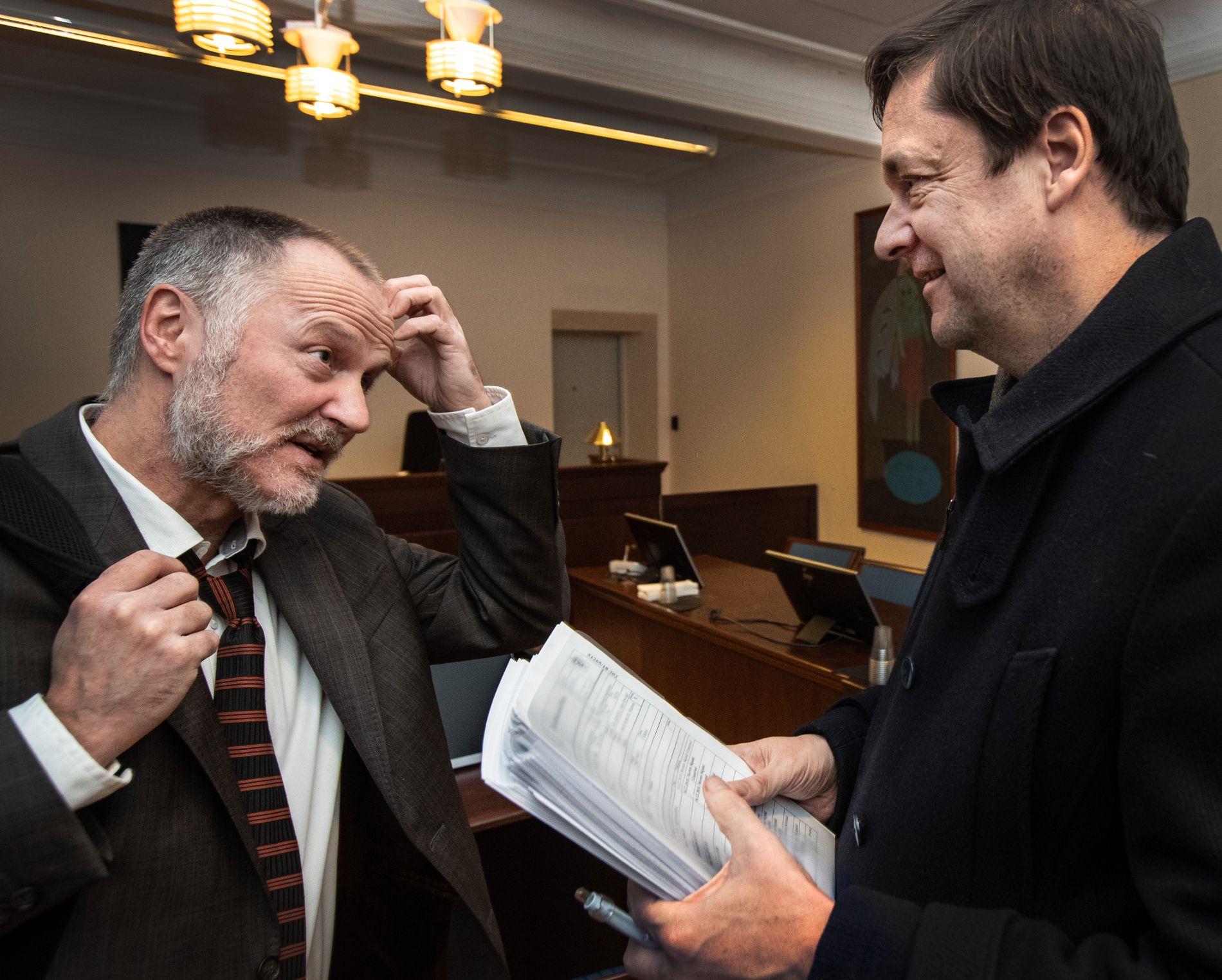 I FENGSLINGSMØTE: Politiadvokat John Skarpeid og forsvarer John Christian Elden samtalte før retten ble satt i Halden tingrett lørdag.