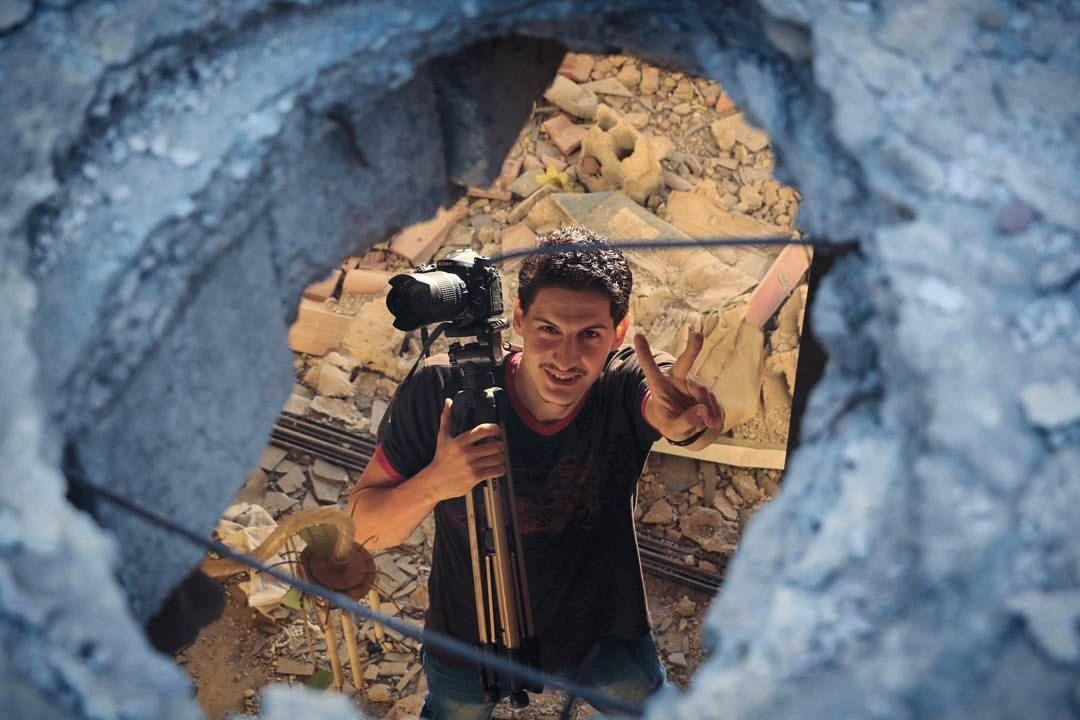 VIL FORTELLE: Firas Abdullah har fortalt om livet i Douma i en årrekke. Nå har han flyktet, fra regimet og opprørerne.