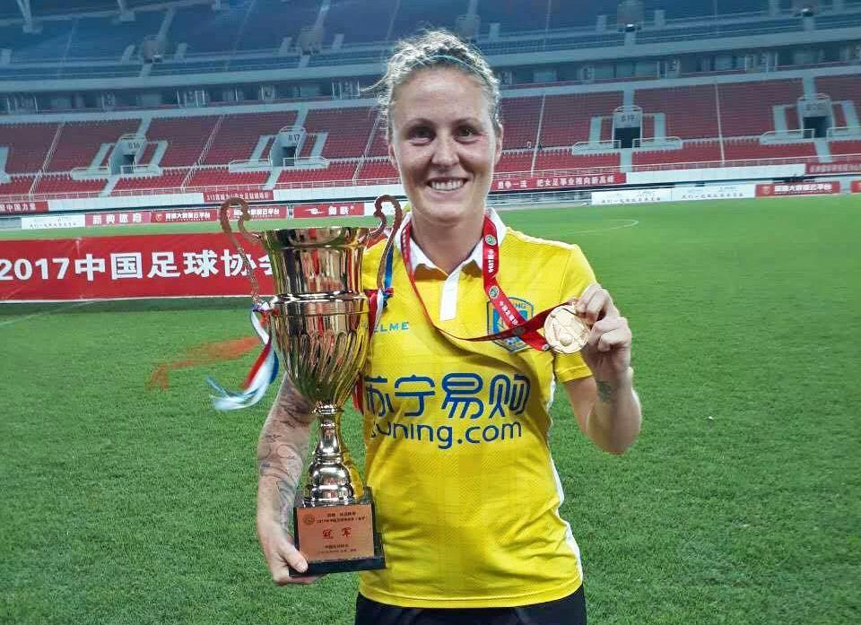 FØRSTE TRIUMF: Isabell Herlovsen med pokal og medalje etter cupfinaletriumfen.