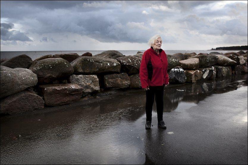 MOTVIND FOR MARGIT: -Jeg har vært et hederlig menneske i nesten 90 år, sier Margit Sandemo. Hun synes det er tungt å bli trukket for retten på slutten av sitt liv. Her er hun i Skånes åpne landskap: Foto: Johan Bävman