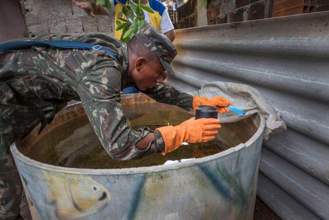 KRIG MOT ZIKA: VG var med da den brasilianske hæren, her ved soldaten Mauricio (20), puttet myggmiddel i drikkevannsbeholdere i slummen i Recife for å drepe mygglarver.