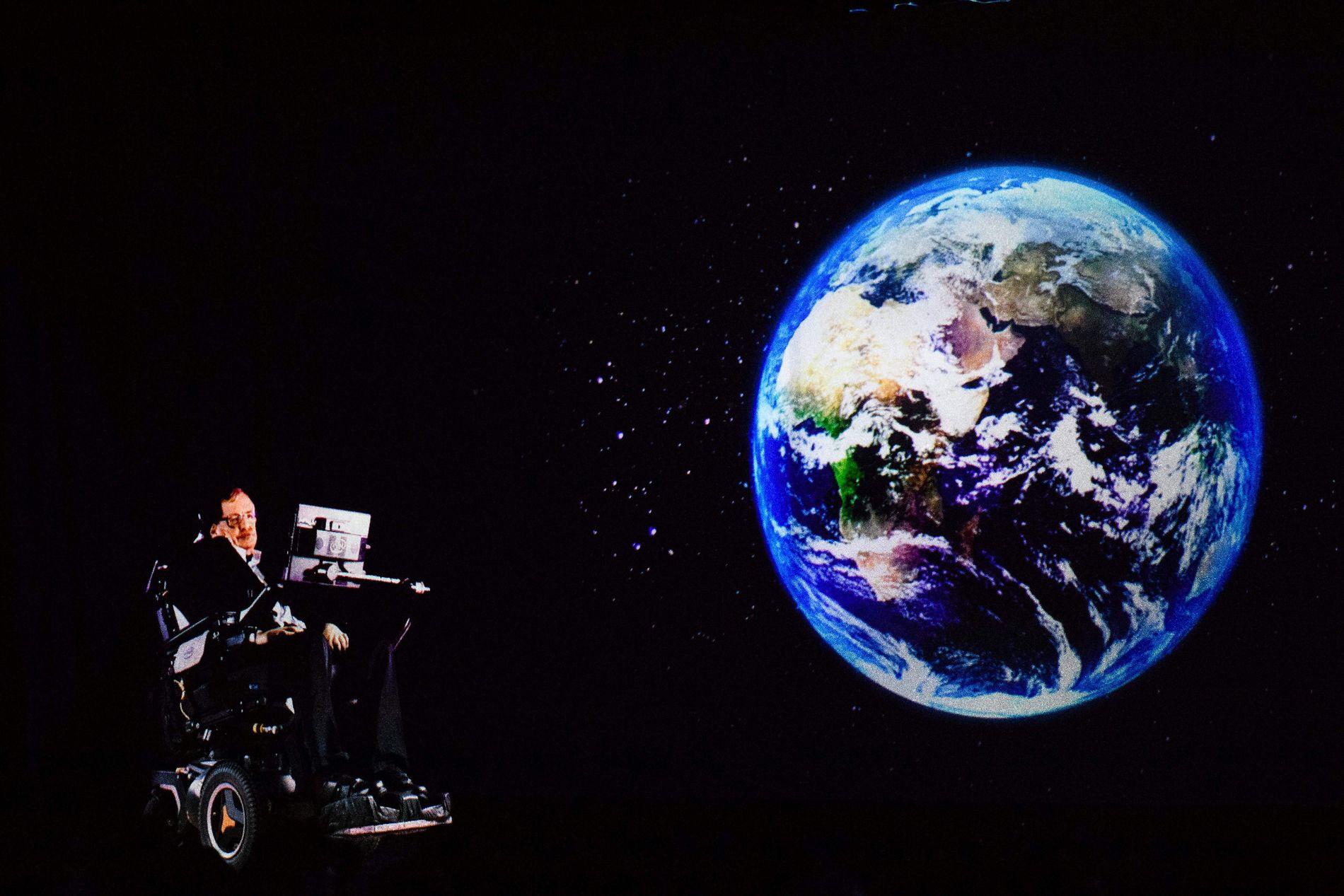SLUTTEN FOR KLODEN: Om hundre år må vi forberede oss på å evakuere til andre planeter for å overleve, advarer den britiske fysikeren og matematikeren Stephen Hawking. Her er han fotografert på et foredrag han holdt i Hong Kong i mars i år.