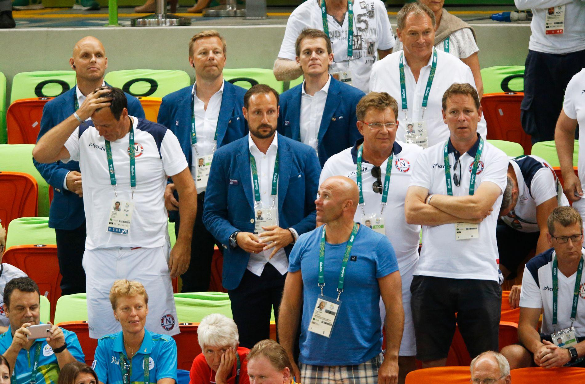 SKUFFELSE: Idrettspresident Tom Tvedt (t.v.), Kronprins Håkon (nr. 2 f.v.), generalsekretær Inge Andersen i Norges Idrettsforbund (nr. 1 fra høyre rad 2) og toppidrettsjef Tore Øvrebø (nederst til høyre)  på tribunen under Norges semifinaletap mot Russland i håndball.