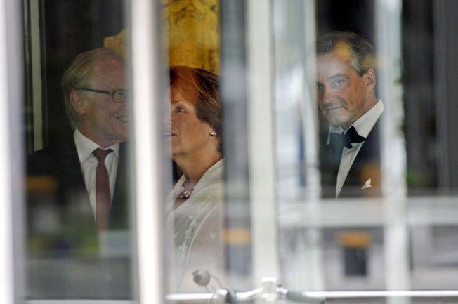 KLAR FOR BRYLLUP: Ap-leder Jonas Gahr Støre og tidligere justisminister Grete Faremo ankom The Thief i taxi lørdag. Her mingler de to politikerne i resepsjonsområde på luksushotellet før bryllupsfesten.