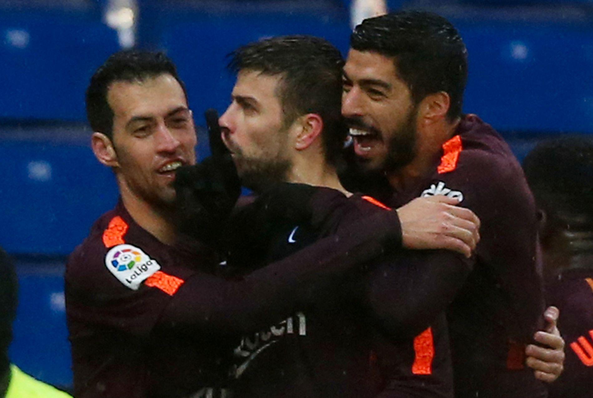PROVOSERTE FANSEN: Gerard Piqué feiret med hysjing mot Espanyol-fansen i søndagens 1-1-kamp. Her med Sergio Busquets (t.v.) og Luis Suárez.