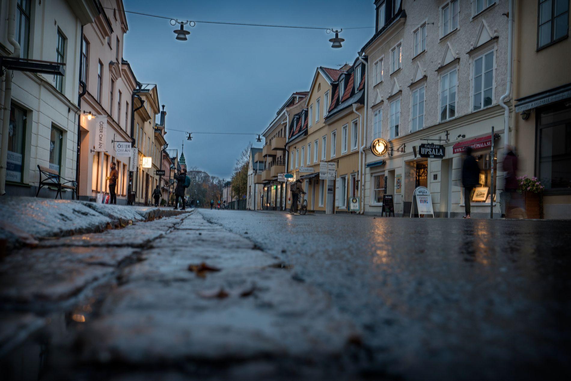 KNIVRAN: 20-åringen som er siktet for drapet på Heikki Bjørkland Paltto tok seg i august i fjor inn i en leilighet i denne gaten i Uppsala sentrum. Der truet og ranet han beboerne med kniv.