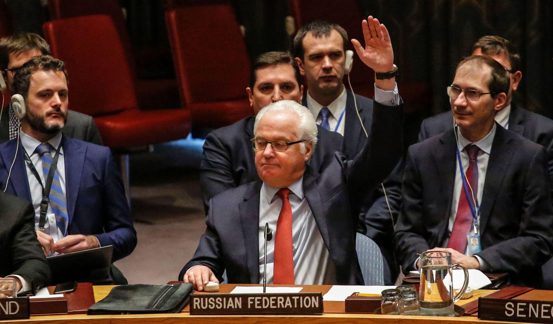 ENSTEMMIG: Russlands ambassadør Vitaly Churkin stemmer i FNs sikkerhetsråd nyttårsaften for Russlands og Tyrkias fredsplan for Syria, ved FNs hovedkvarter i New York.