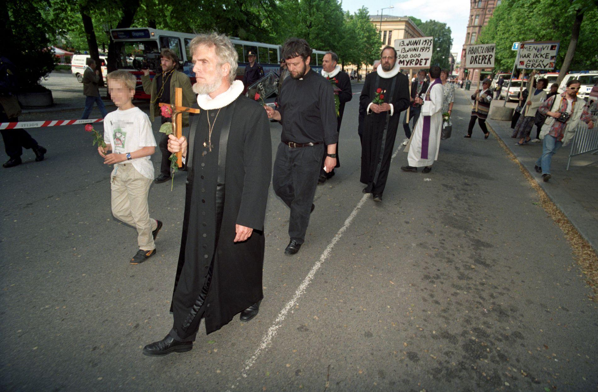 1995: Abort-motstandere demonstrerte i Oslo i anledning 20-årsdagen for abortloven. Børre Knudsen foran og Ludvig Nessa bak.