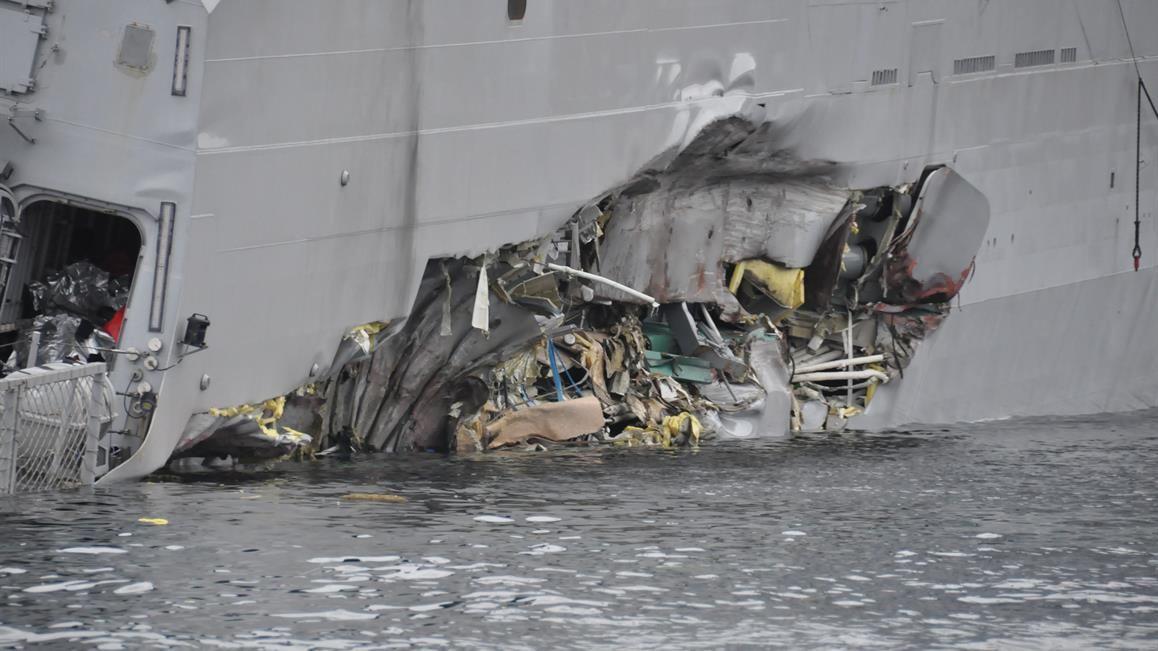 FLENGEN: Skadene er omfattende på fregatten KNM Helge Ingstad etter sammenstøtet tidlig torsdag morgen. Via denne store flengen i skroget rant det inn mer vann enn lensene klarte å ta unna.