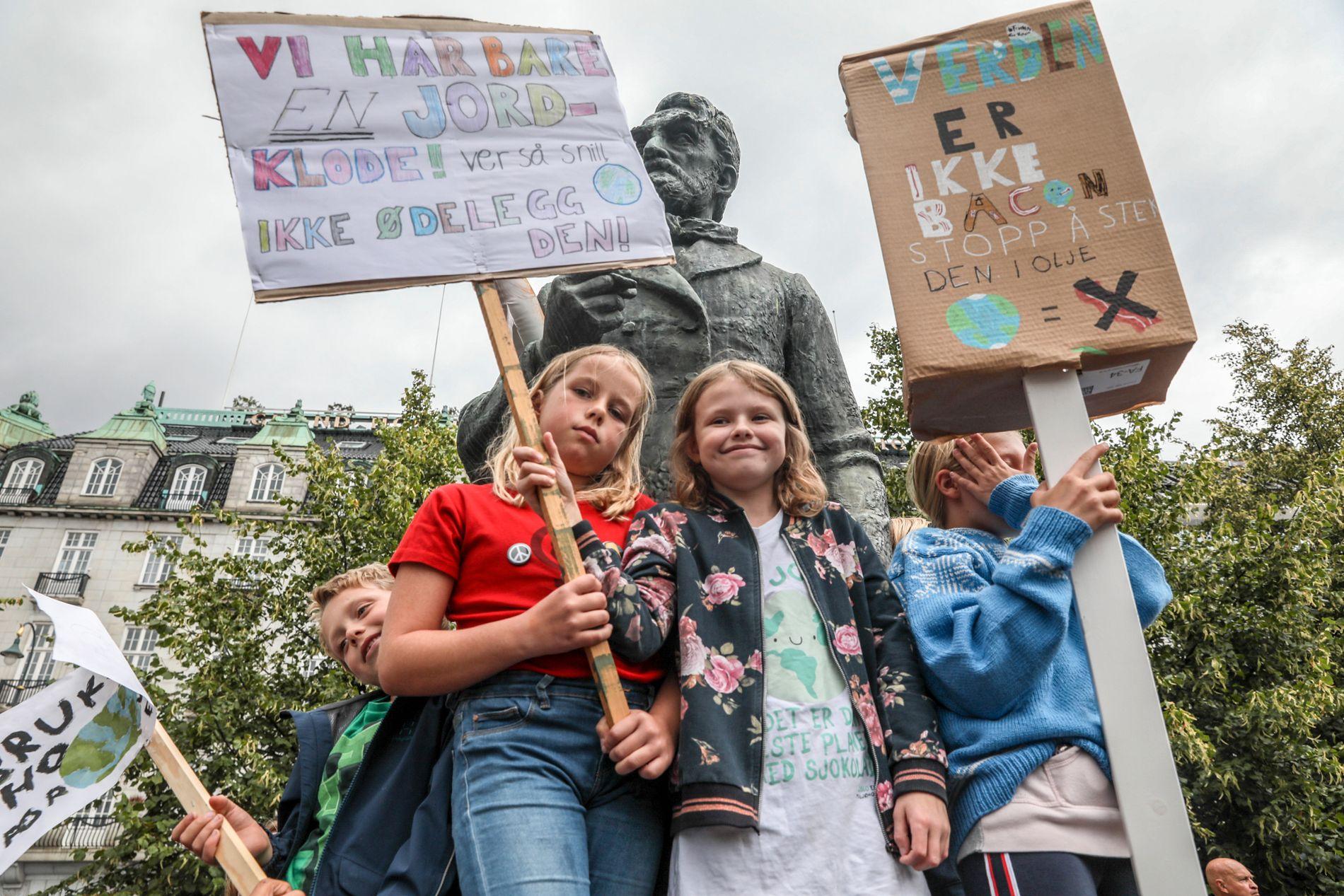 SKOLESTREIK: Knut (8), Ella Vågsland Blaauw (10), Eva Fraser-Green (10) og Ellinor Lund Olsen (12) skolestreiket for klimaet i dag.