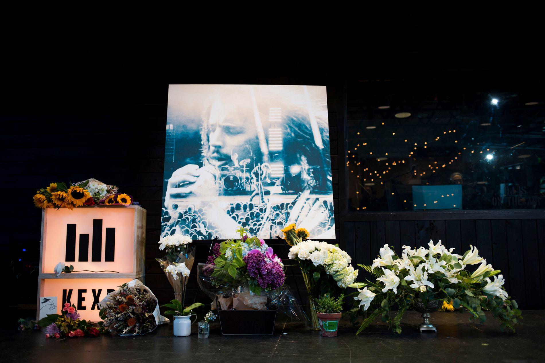 HYLLES: Fra en minnestund for Chris Cornell i Seattle torsdag. Foto: AP