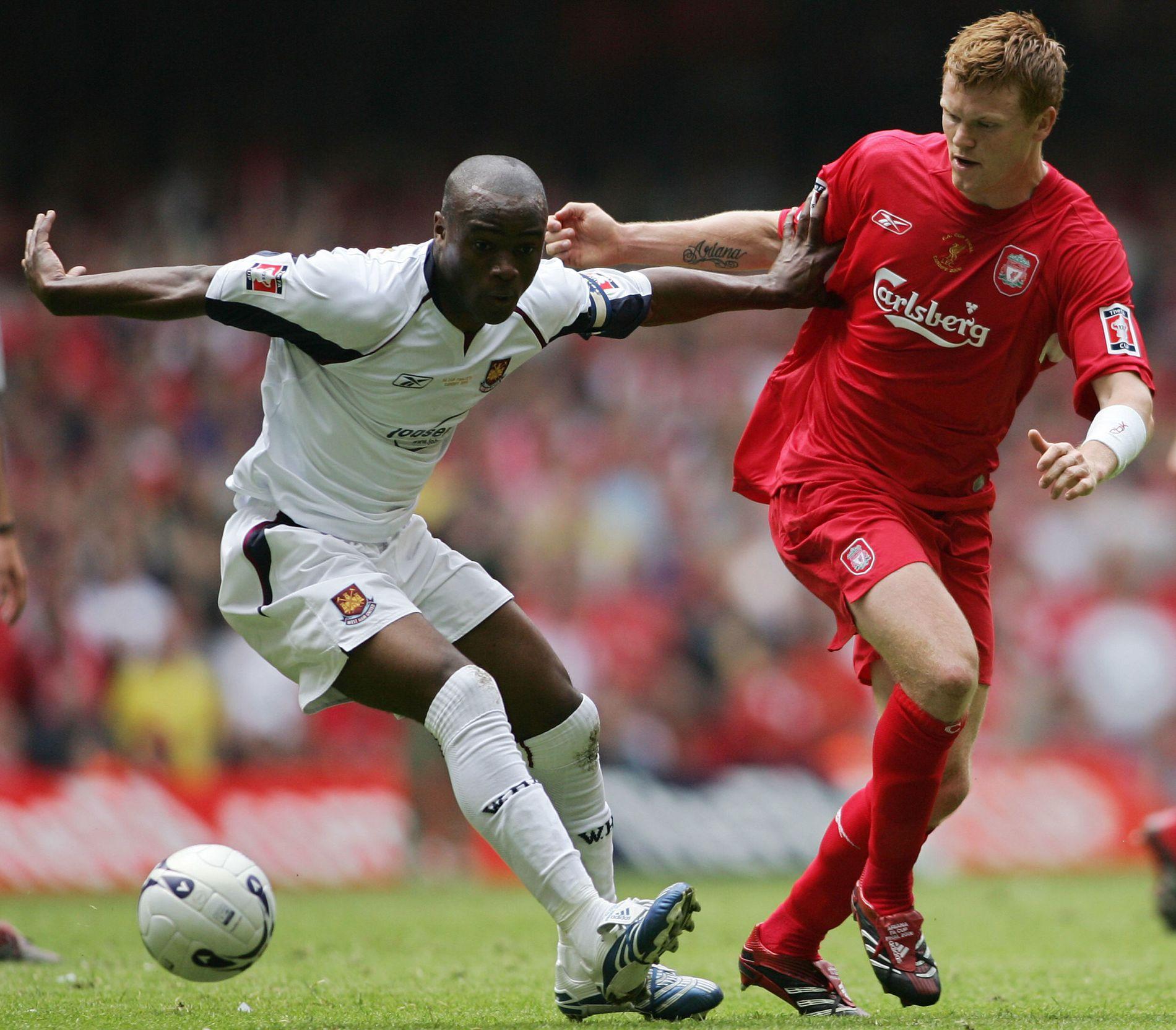 AKTUELL FOR LSK: West Ham-kaptein Nigel Reo-Coker holder Liverpools John Arne Riise på en armlengdes avstand under den dramatiske FA-cupfinalen i 2006. Liverpool vant på straffesparkkonkurranse.