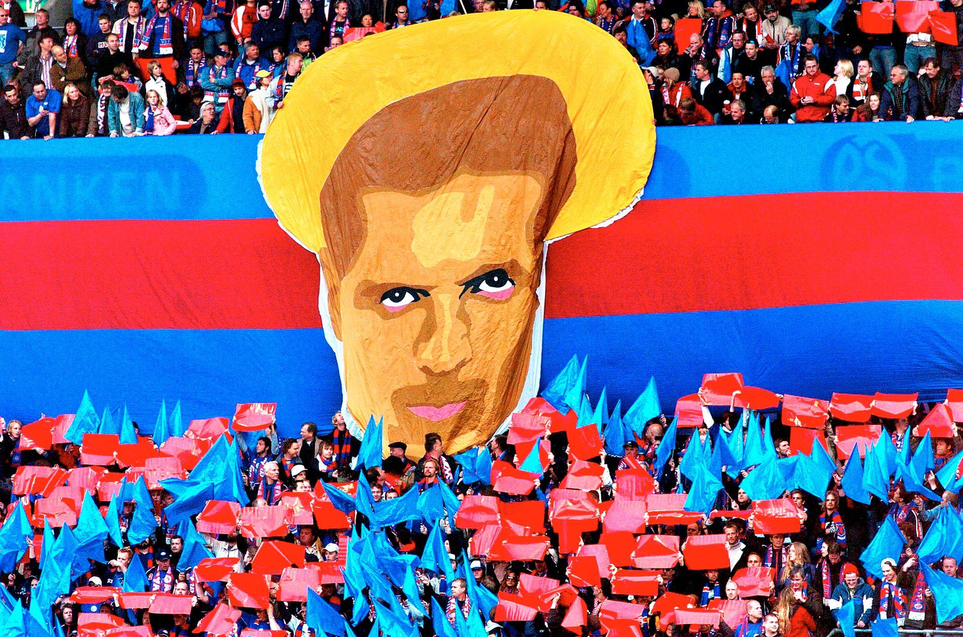 GLADERE DAGER: Kjetil Rekdals ansikt på et banner fra Klanen i 2005. Da vant Vålerenga seriegull med Rekdal som sjef.