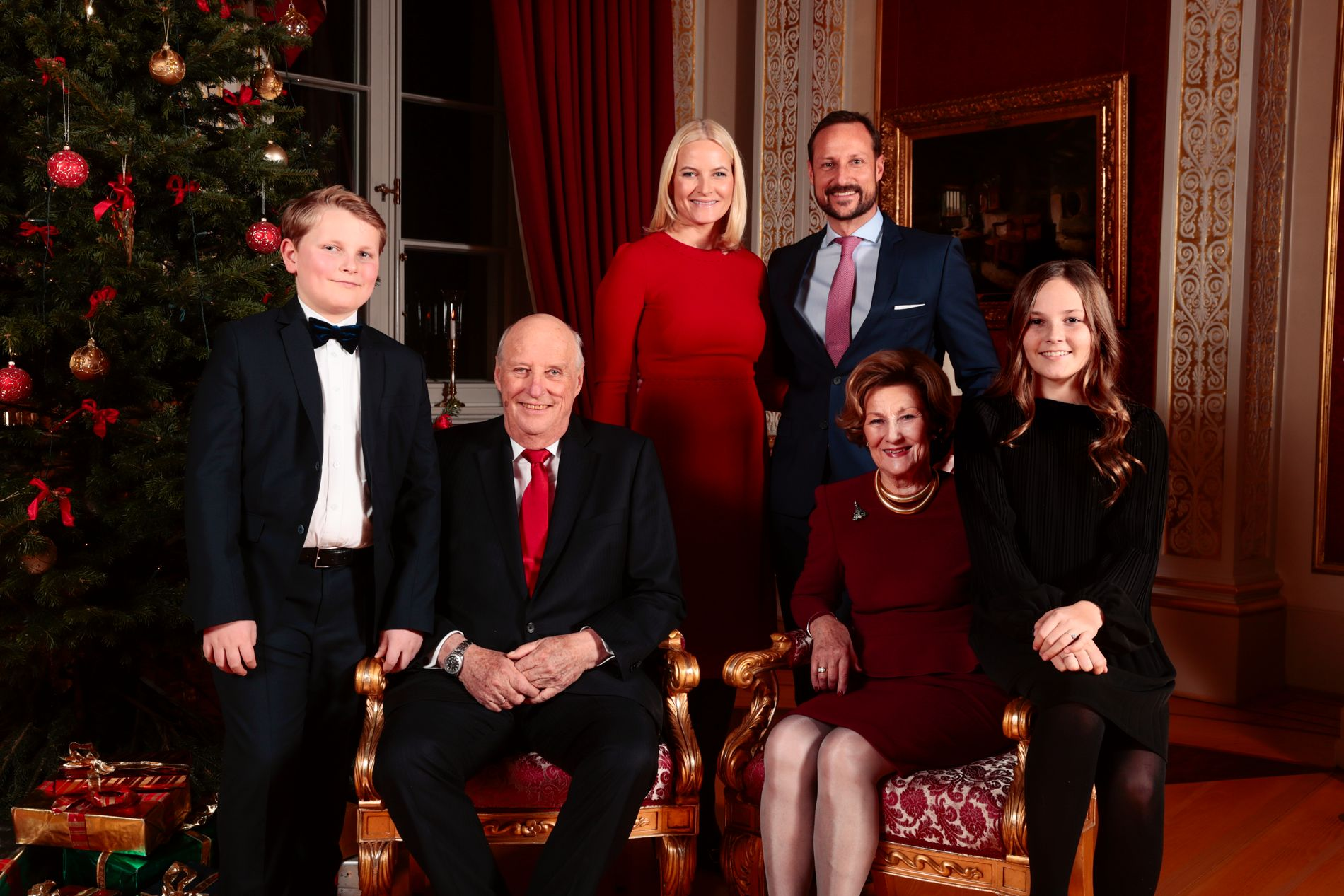 ÅRETS JULEBILDER Kongefamilien stiller til julefotografering. Fra venstre: prins Sverre Magnus, kong Harald, kronprinsesse Mette-Marit, dronning Sonja, kronprins Haakon og prinsesse Ingrid Alexandra på Slottet.