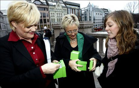 OLJEMOTSTANDERE: Leder i Natur og Ungdom, Ingeborg Gjærum sammen med SV-leder Kristin Halvorsen og Senterpartiet-leder Liv Signe Navarsete. Foto: Scanpix