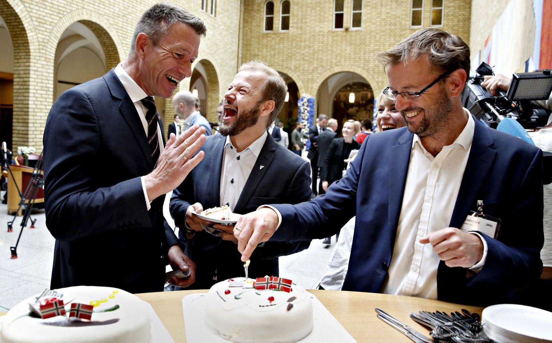 FEIRET MED KLIMAKAKE: - Jeg er glad i vedtaket, men jeg er kanskje enda mer glad i kake, sa Arbeiderpartiets Terje Aasland (t.v.) da Zero bød på kake etter Utsira-nyheten fredag. Aasland feiret sammen med blant andre SVs Heikki Eidsvoll Holmås (i midten) og Jon Evang (t.h) fra miljøstiftelsen Zero.