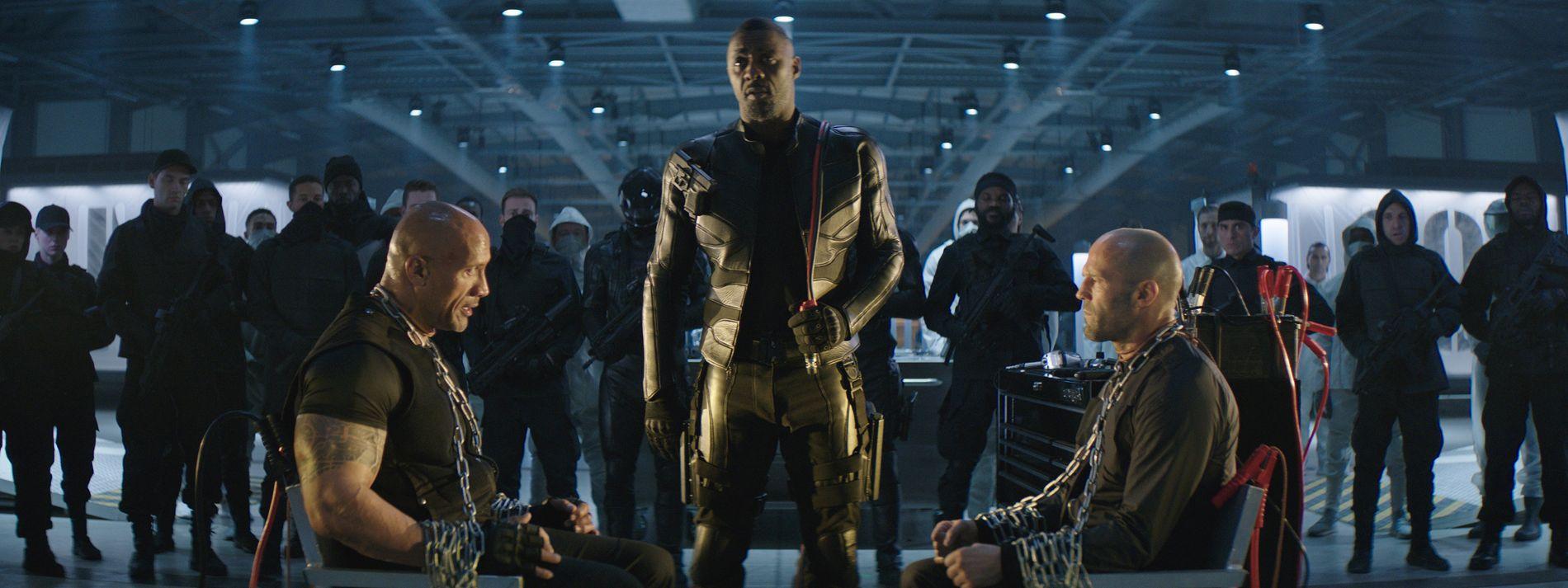 SÅNN GÅR DET NÅR DERE IKKE VIL VÆRE VENNER: Dwayne Johnson (til venstre) og Jason Statham (til høyre) avhøres av Idris Elba (i midten) i «Fast & Furious: Hobbs & Shaw».