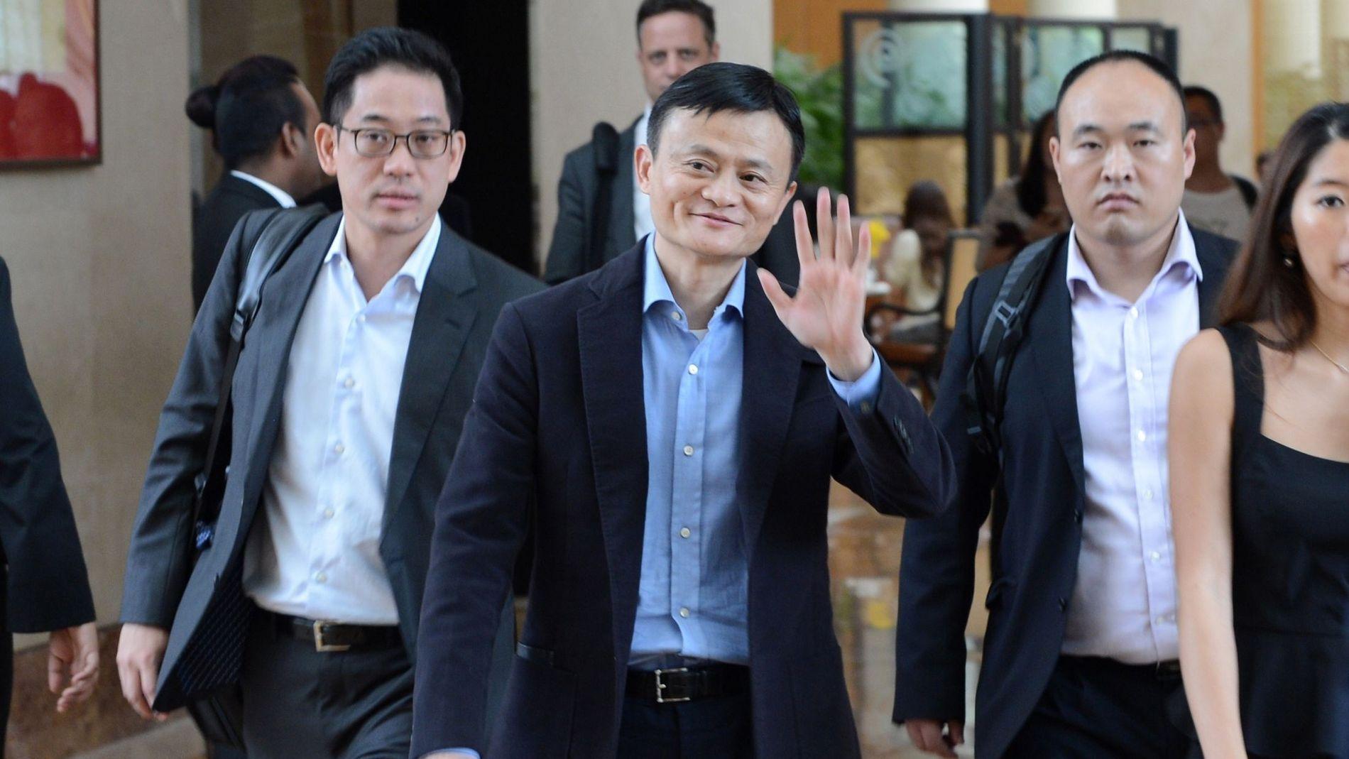 HISTORISK: Alibaba-grunnlegger Jack Ma, her på vei ut fra et hotell i Singapore tidligere denne uken.
