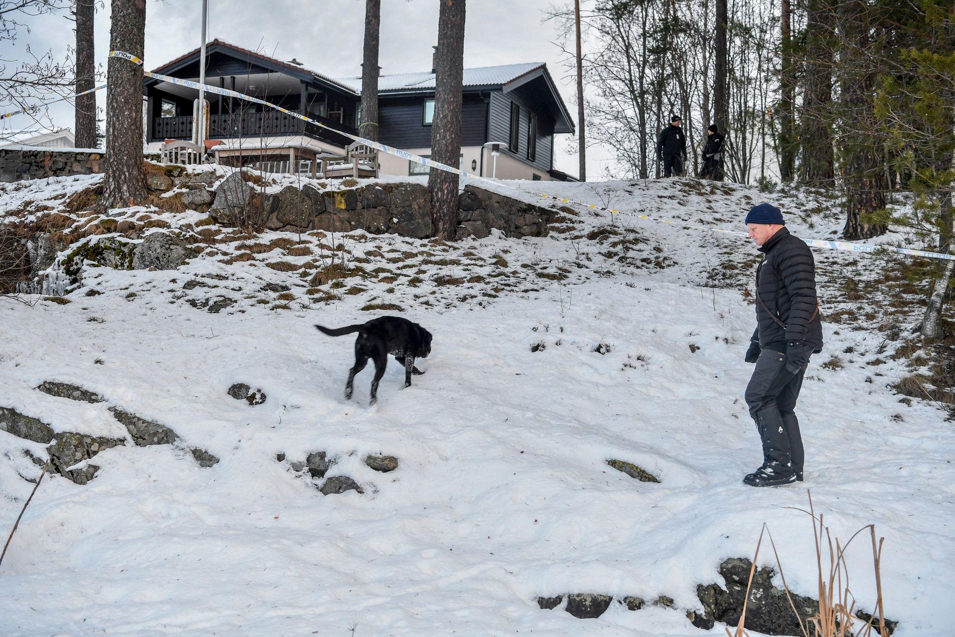 Politiet gjennomfører søk med hund i området utenfor boligen til kidnappingen av Anne-Elisabeth Falkevik Hagen.