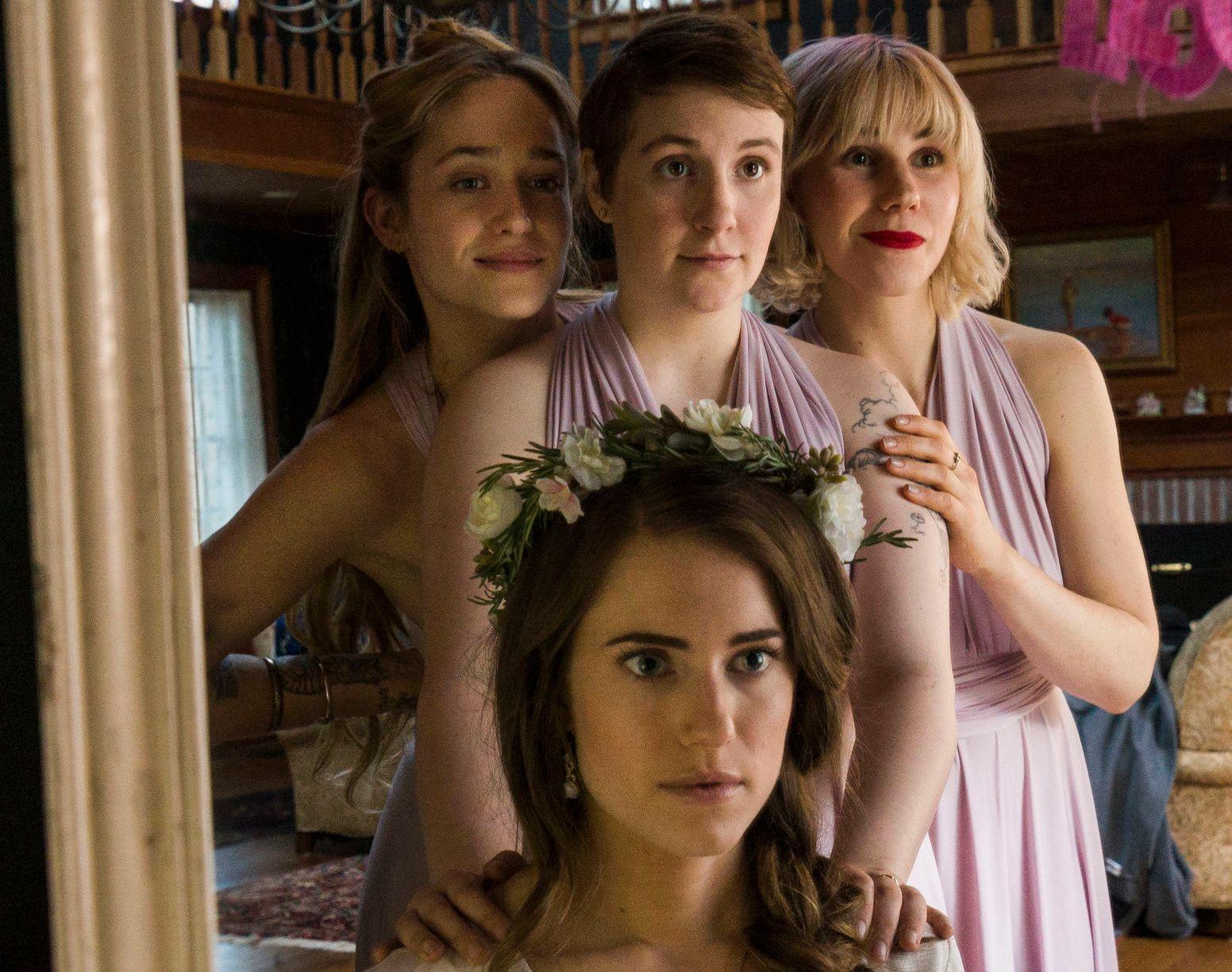FORVIKLINGER: Lena Dunham som Hannah bak Allison Williams som Marnie, flankert av Jemina Kirke som Jessa og Zosia Mamet som Shoshanna.