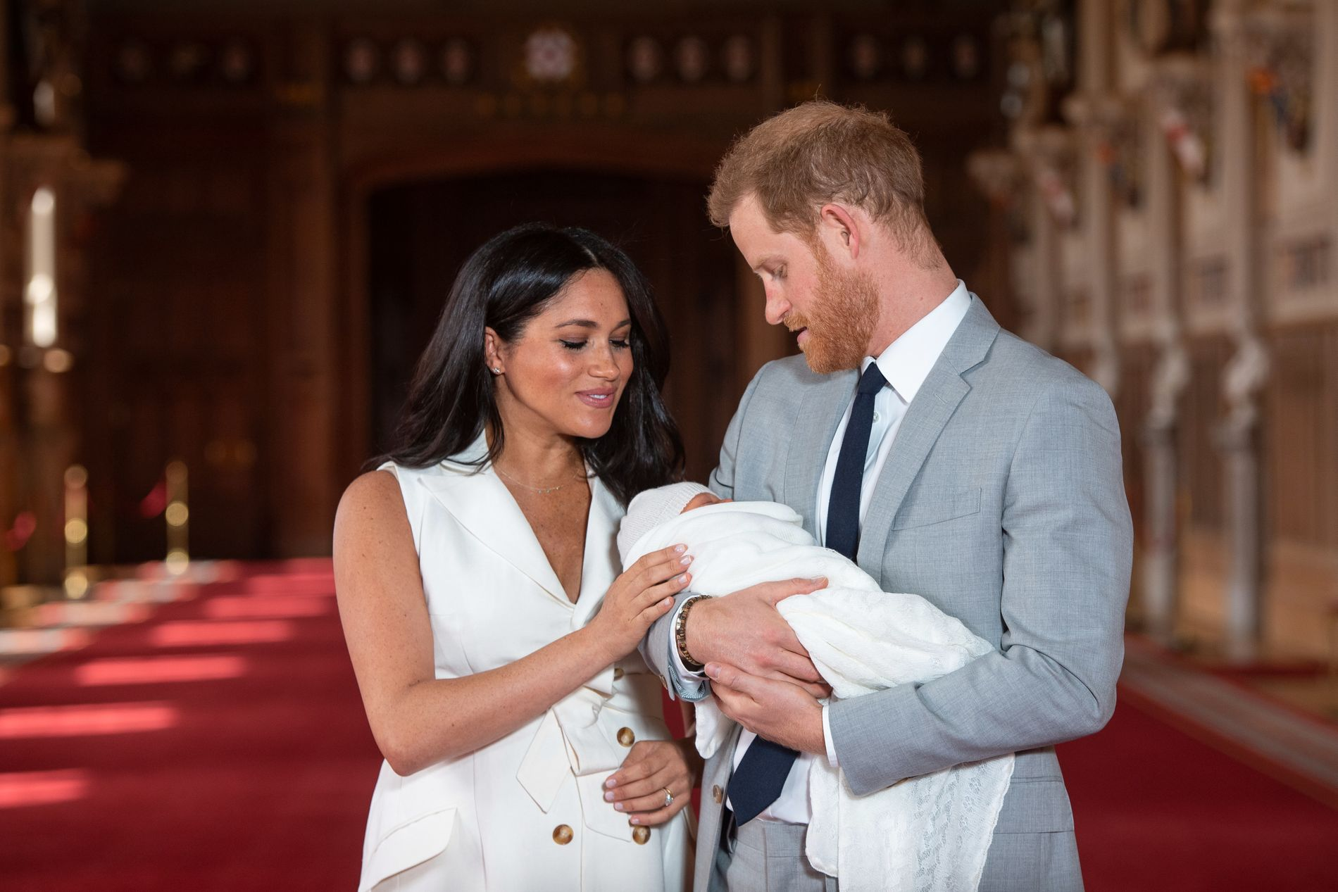 FØRSTE BILDE: De nybakte førstegangsforeldrene viste frem sønnen for offentligheten onsdag ettermiddag.