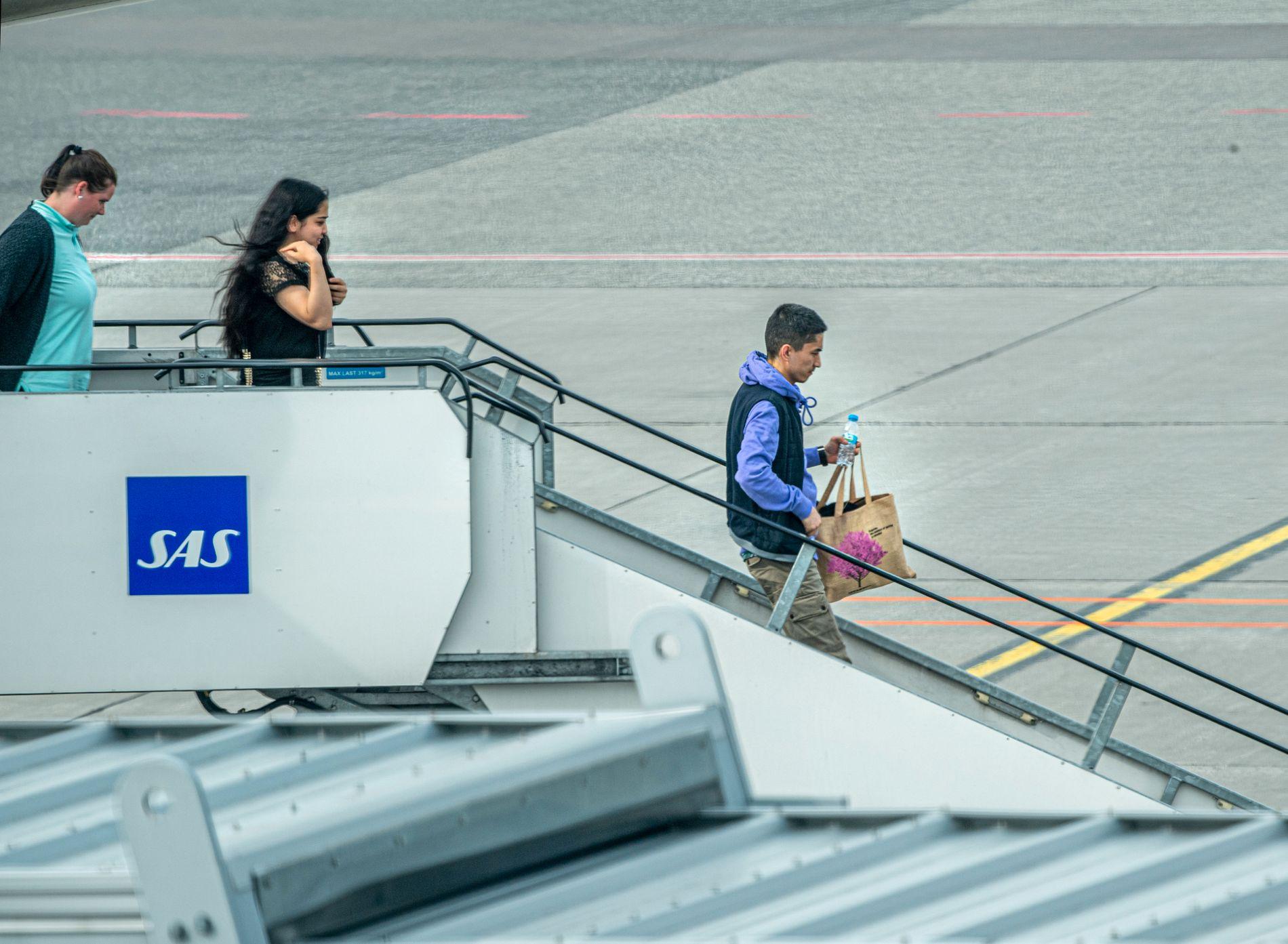 Yasin (22), Taibeh (20) og Ehsan (16) Abbasi er tilbake i Norge etter at politiet stanset uttransporteringen til Afghanistan. Her går de av flyet etter å ha landet på Gardermoen.