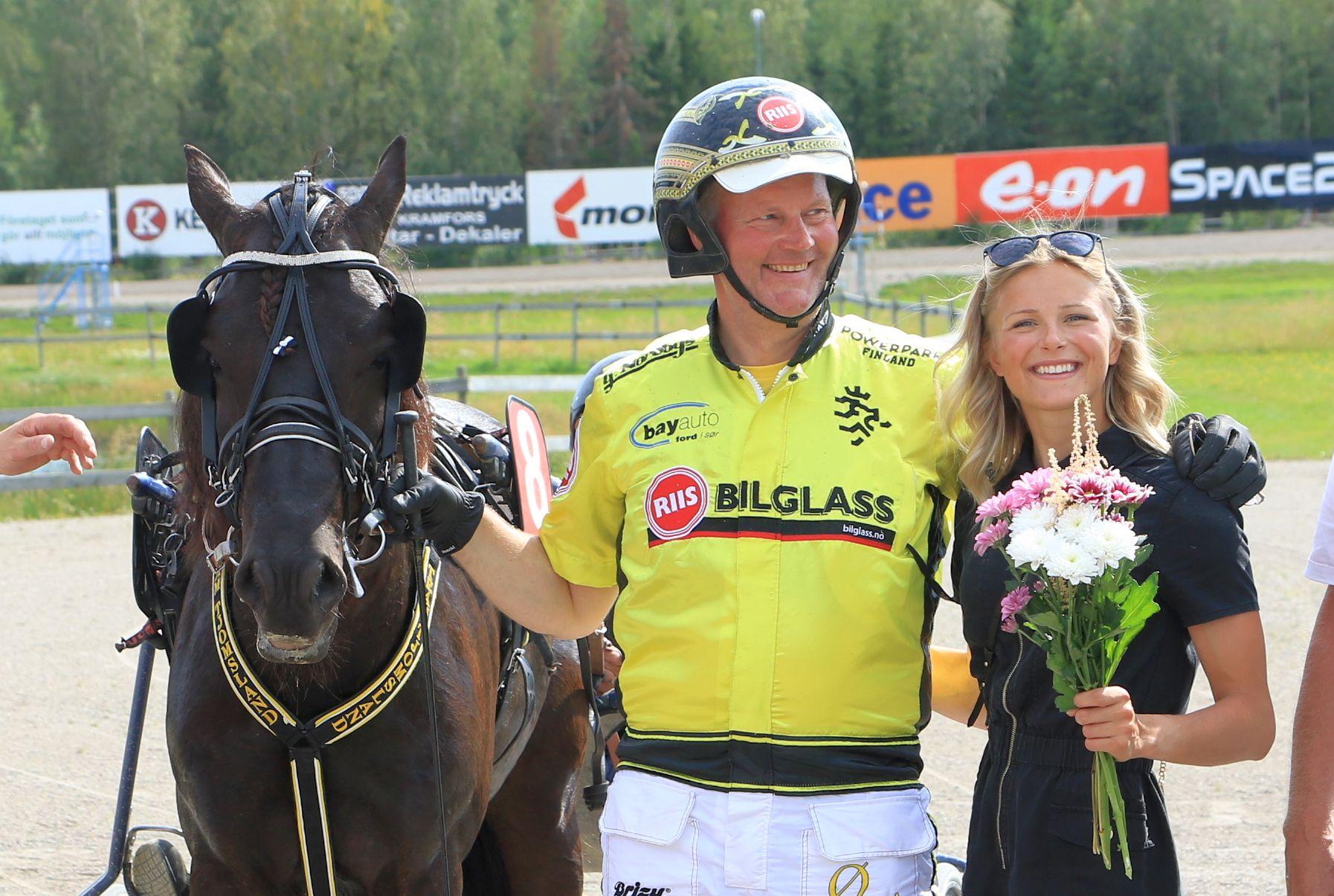 Øystein Tjomsland og Frida Karlsson etter seieren til Grisle Odin G.L. i kvalifiseringsløpet til Svensk Travkriterium. Søndag går finalen.