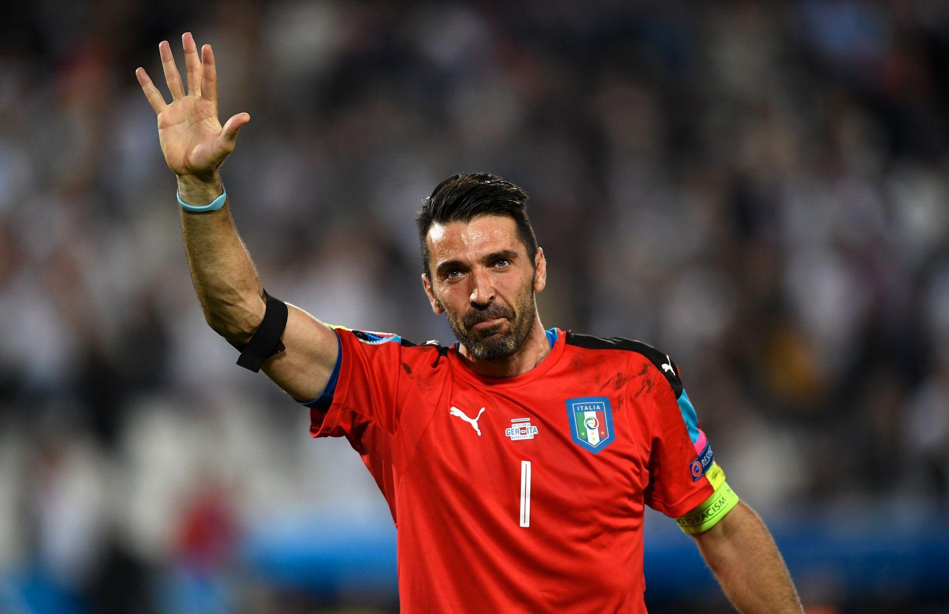 ENDTE EM I TÅRER: Italia-keeper Gianluigi Buffon takker tårevått for seg etter kvartfinale-exit på straffer mot Tyskland i sommerens EM.
