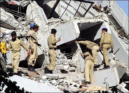 LETER ETTER OVERLEVENDE: Pakistanske soldater leter etter overlevende i ruinene av blokken som raste sammen i Islamabad i går. En norsk-pakistansk kvinne som bodde i bygningen er fortsatt savnet. Foto: REUTERS