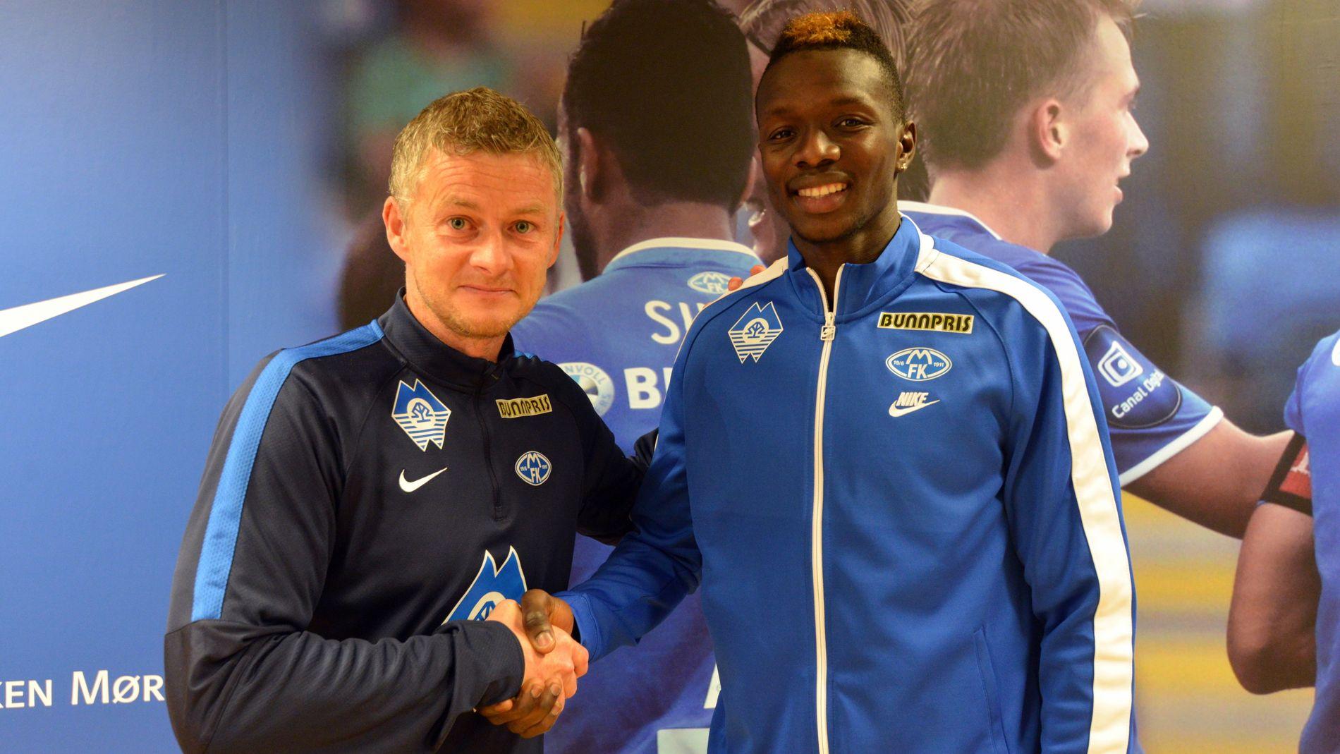 NY MOLDESPILLER: Babacar Sarr er klar for Molde FK. Her med manager Ole Gunnar Solskjær.