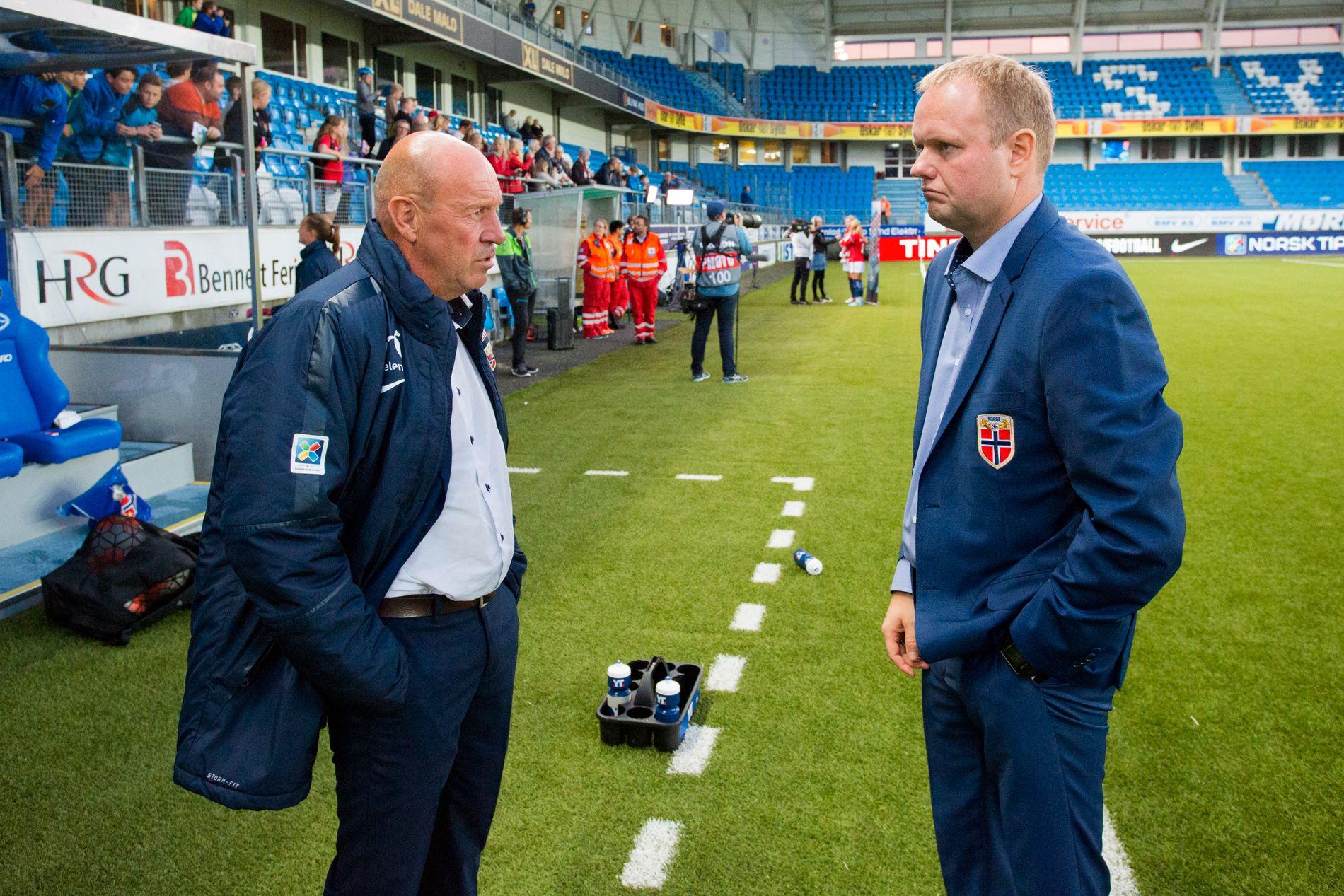 SLUTT SOM NORGE-SJEF: Roger Finjord (høyre), her fra EM-kvalifiseringen mot Kasakhstan, som ble hans nest siste som sjef for Norge. Til venstre står toppfotballsjef Nils Johan Semb.