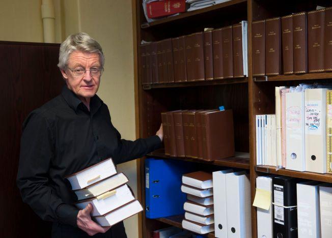 ENDRER FORKLARING: Advokat Harald Stabell forteller at tipset om at kontoret hans skulle ha blitt avlyttet ikke kom fra PST. Her i forbindelse med at saken kom opp i 2014. Avlyttingsutstyret skulle ha vært gjemt bak bøkene som han holder.