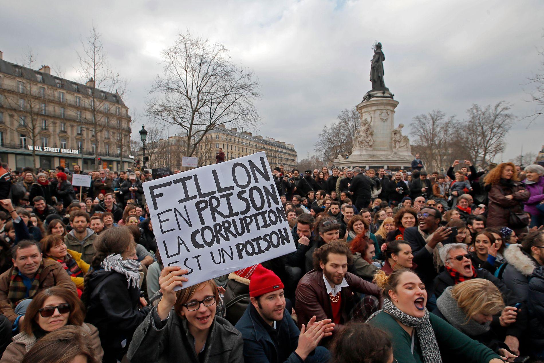 DEMONSTRASJONER: Etter at etterforskingen ble kjent, har Francois Fillon blitt møtt med demonstrasjoner på flere av sine valgmøter.