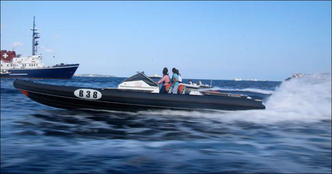 FORT, MEN GODT: Selv om Goldfish 38 går i 85 knop, som tilsvarer oppimot 160 kilometer i timen, føles båten trygg.