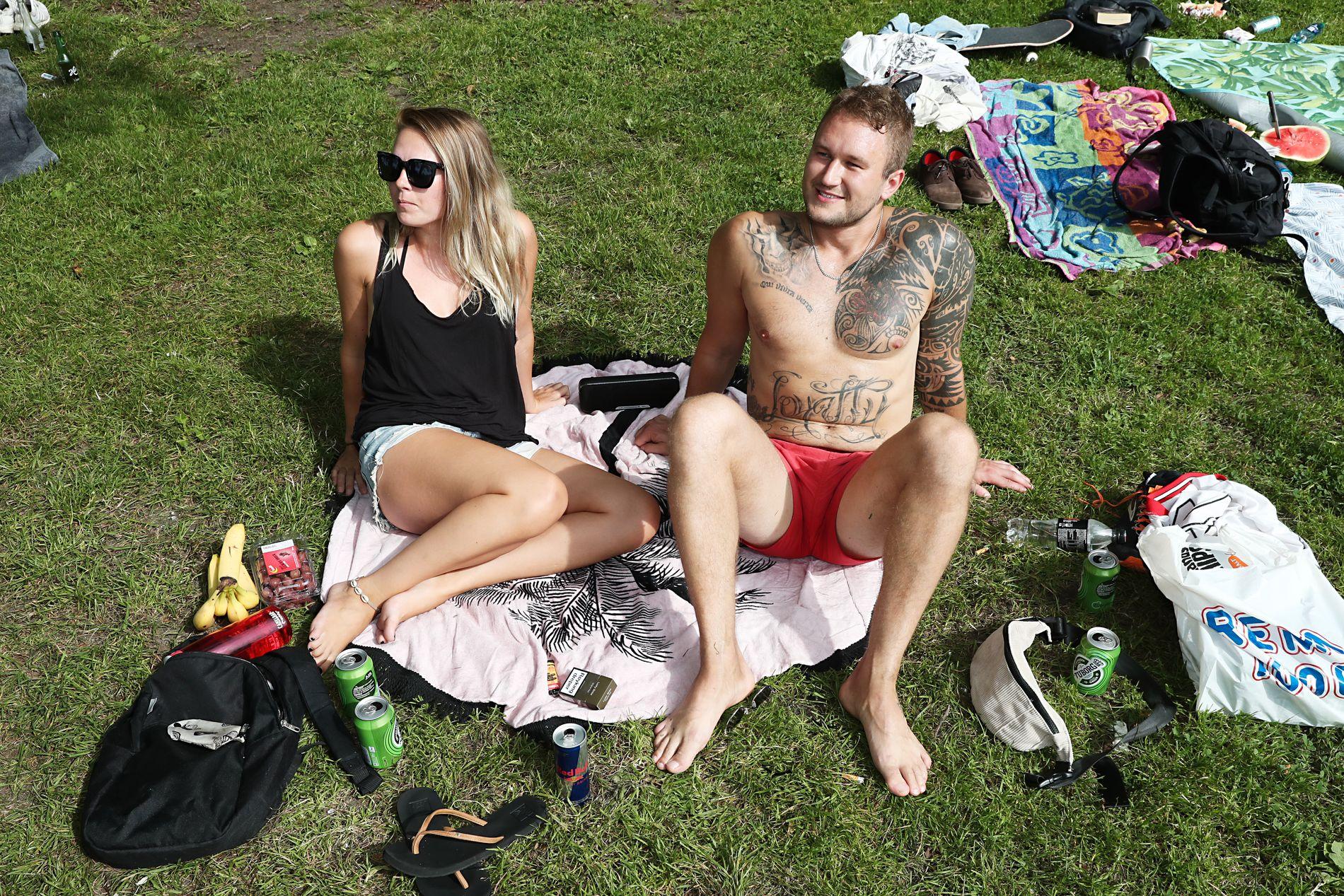 PRISER SOMMEREN: Gustav Wictor (25) Ingrid Murberg (26) nyter sommeren på Nordnes i Bergen, der det i dag ble slått varmerekord med 32,3 grader.