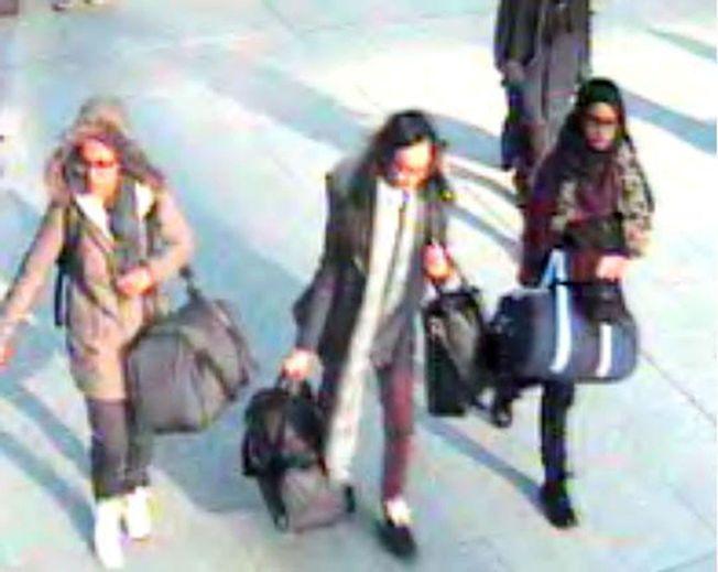 PARALLELL: Historien om de tre norske skolevenninnene minner om saken der tre britiske skolejenter på 15-16 år nå i februar dro fra London og Syria. Her er de fanget opp av et overvåkningskamera før de tok fly til Tyrkia.
