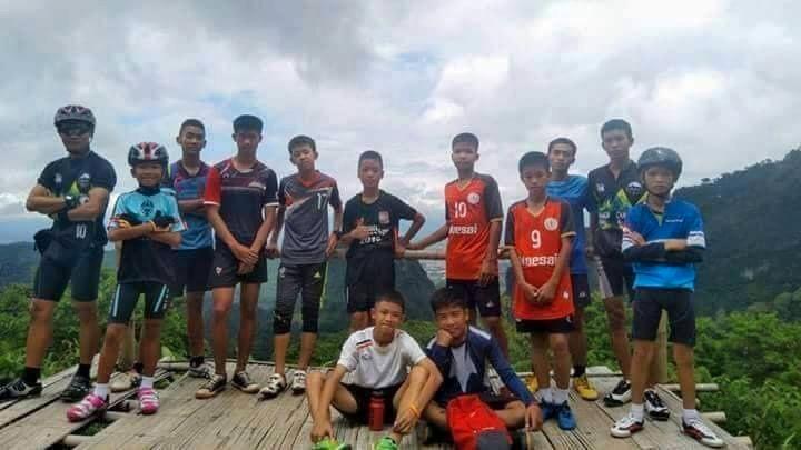 LAGET: De thailandske guttene og deres 25 år gamle fotballtrener var på tur i grotten for å feire en av guttenes bursdag. Treneren er også guttenes meditasjonslærer. Bildet er hentet fra trenerens Facebook-side.