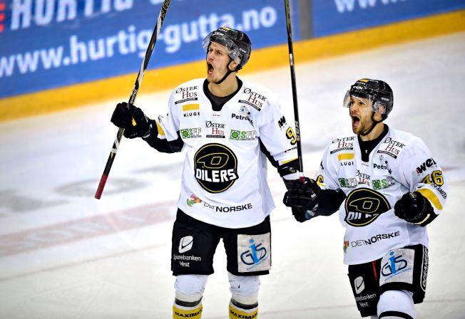 ORDNET DET FØRSTE MÅLET: Tommy Kristiansen hadde assist da Dan Kissel scoret Stavanger Oilers' første mål borte mot Lillehammer i kveld. Her er de to avbildet i en kamp mot Vålerenga i mars i fjor.