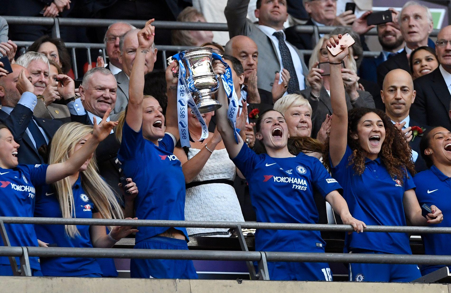 POKAL-LØFTER: Maren Mjelde (t.h. blant de to pokal-løfterne) har blitt seiersvant med Chelsea. Her fra FA-cupseieren tidligere i år.