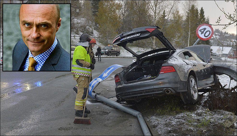 KRITISK: PR-ekspert Jarle Aabø (innfelt) tror Petter Northug vil måtte slite for å få tilgivelse etter å ha blitt promillesiktet, og sittet i denne bilen som krasjet i Trondheim natt til søndag. Foto: Aabø