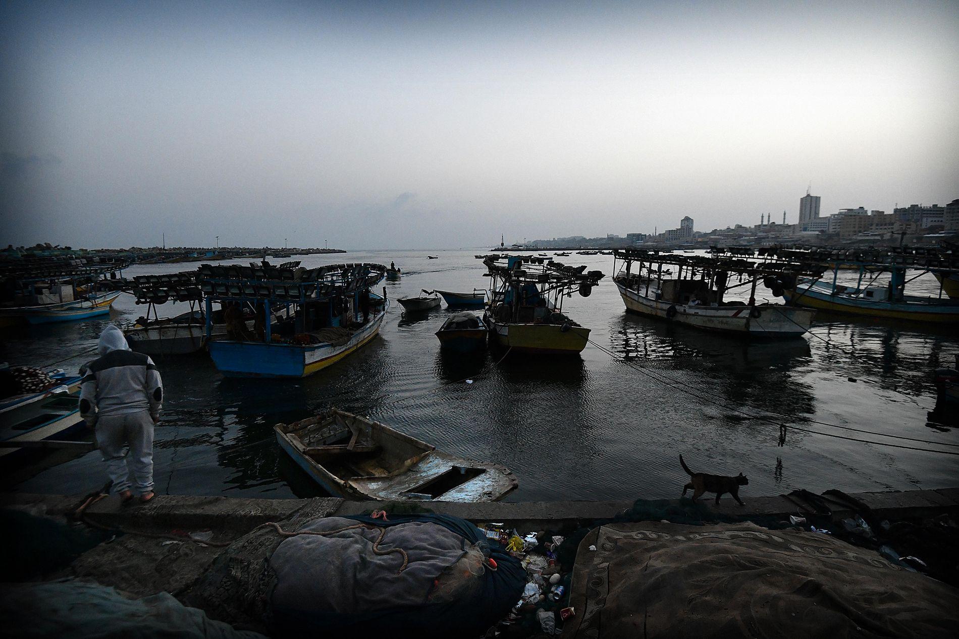 ET HAV UTEN MULIGHETER: Mange av fiskebåtene på havnen i Gaza by har ligget fortøyd gjennom natten. Fisket er så dårlig at det knapt er verdt strevet og utgiftene.