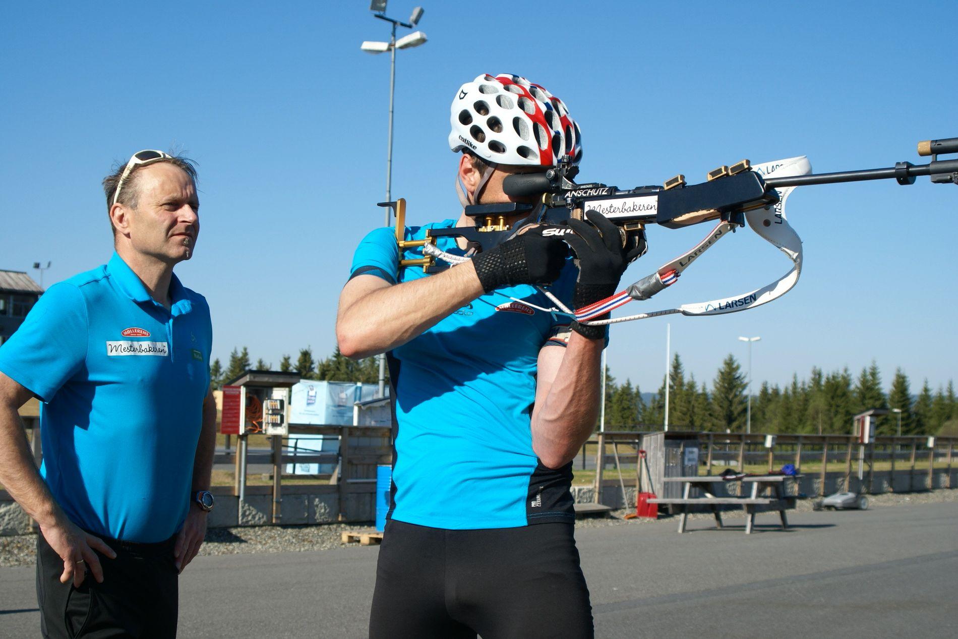 PÅ TRENING: Trener Knut Tore Berland sjekker teknikken til Emil Nyeng under en skyteøkt på Lillehammer.