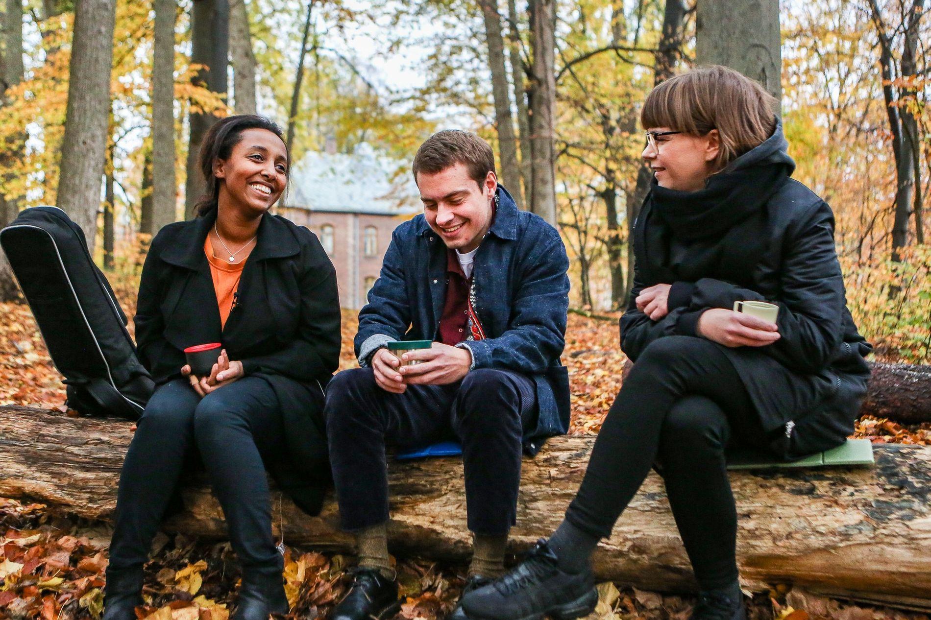 PUST I BAKKEN: Emil, omkranset av venninnen Inger (til venstre) og Cecilie Ramona Kåss Furuseth i «Sinnsykt».