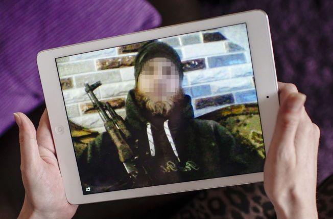 HILSEN: 32-åringen fra Levanger har tidligere sendt et bilde av seg selv med gevær og en hilsen på kav trøndersk til en venninne hjemme i Nord-Trøndelag før han skulle ut på et oppdrag i IS-fronten. Foto: Kristian Helgesen