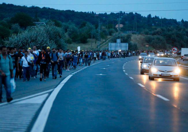 DESPERATE: Torsdag nektet ungarske myndigheter å frakte flyktningene videre inn i Europa med tog, før de hadde registrert seg.  Fredag kveld forsøker mange å nå den østerrikske grensen til fots.