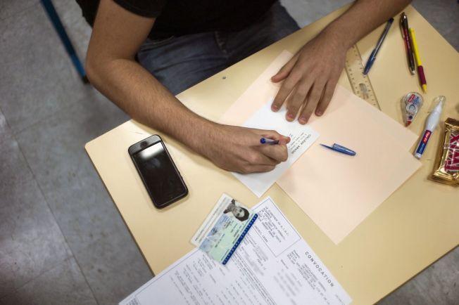 RESTRIKSJONER: Norske elever må få arbeidsro i klassen. Både mobiltelefoner og uvettig PC-bruk i klassen er uheldig for læring. Problemene er ikke forbeholdt Norge, også i andre land sliter elevene med det samme. Her blir en fransk student avkrevd mobilen i klasserommet.