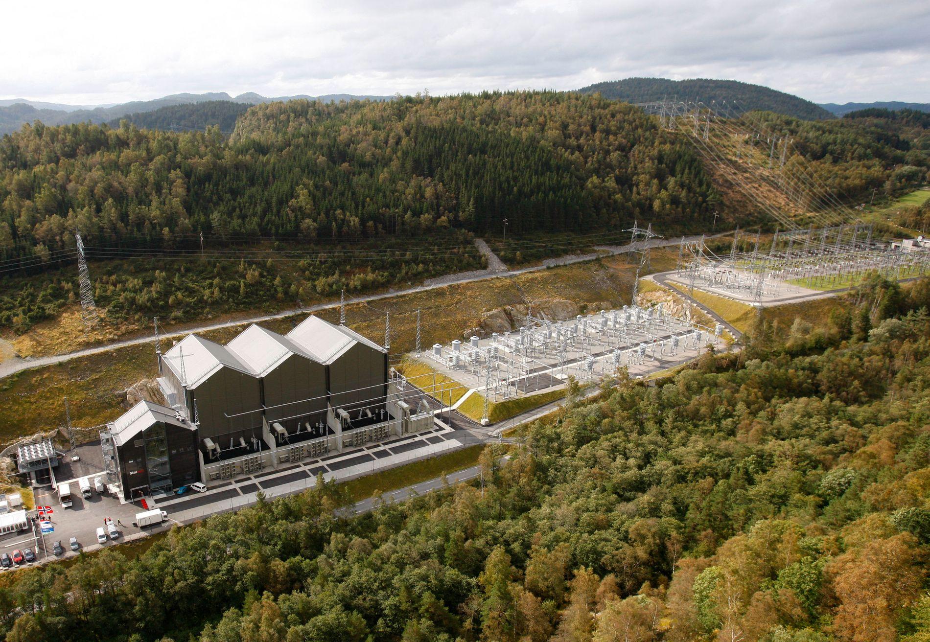KRAFTKABEL: Slik så det ut ved Statsnetts NorNed-anlegg på Raustad i 2008, før den offisielle åpningen av den nye sjøkabelen mellom Norge og Nederland, som den gang var verdens lengste undervannskabel.