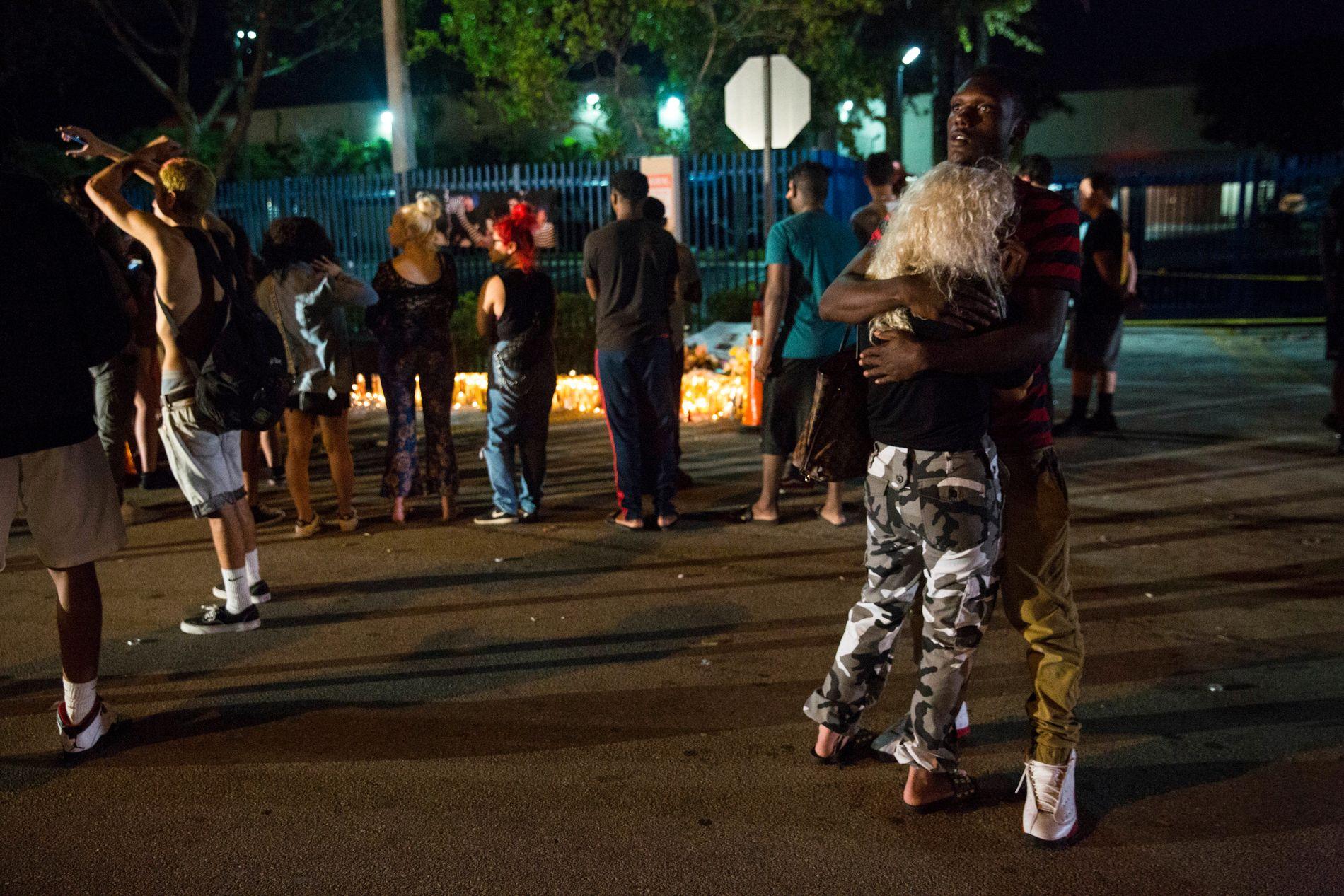 SAMLET SEG: Fansen er i opprør etter drapet på XXXTentacion. Mandag ble det dramatisk da en stor folkemengde samlet seg for å minnes artisten.