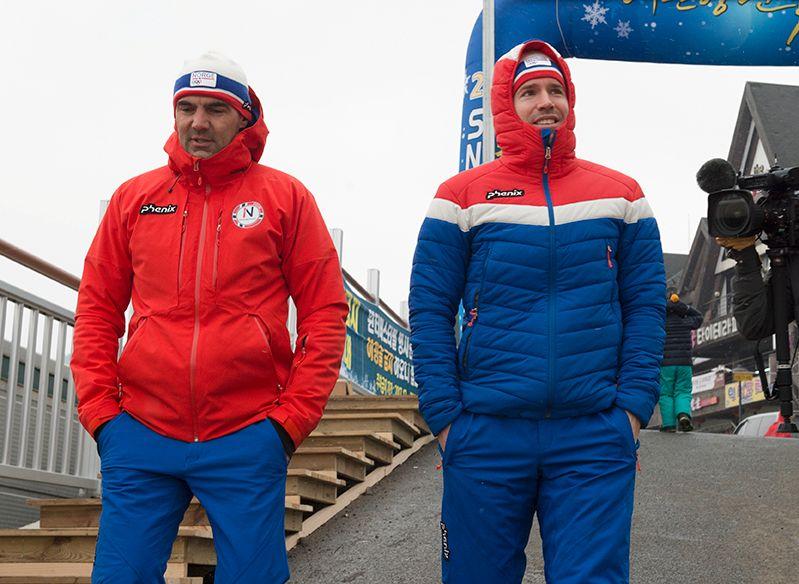 DÅRLIG OL-START: Landslagstrener Siegfried Mazet (t.v.) og Emil Hegle Svendsen på vei til skiskytternes pressetreff før torsdagens normaldistanse.